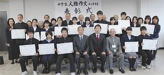 前列左から3番目が坪井さん。服部さんは前列右から2番目=19日