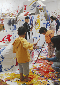 この日は3歳から小学6年生までの子どもたち約80人が参加した=24日