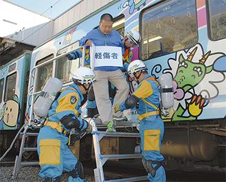 乗客の安否確認と車外誘導の手順を確認=6日、江ノ電極楽寺検車区