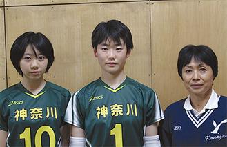 県選抜女子チーム主将の荻野さん(写真中央)と、同チーム監督で、御成中顧問の沓掛教諭(右)。左はサポートメンバーとして同行する濱田桃さん(3年)=12月7日、御成中学校