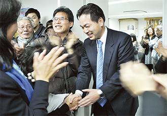 支援者から拍手で迎えられる浅尾氏