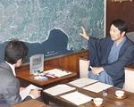 鎌倉を和装の似合うまちにしたいという思いから、昨年5月に和装宣言。取材にも着物で臨んだ松尾市長(右)