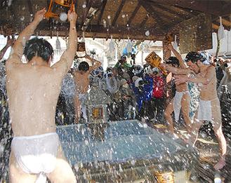 見物客が見守る中、冷水をかぶる僧侶たち=2月11日、長勝寺