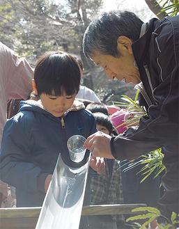 初めて見る蛍の幼虫に「楽しかった」と園児たち