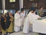 神道・仏教の宗教者も献花を行った。一般焼香者は2500人以上だという