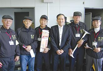 鎌倉ガーディアンズの会員たち=13日、市役所