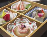 甲羅本店の桜御膳。写真は「旬のお造り二種盛り」「ずわいがにのサラダ」ほか2品