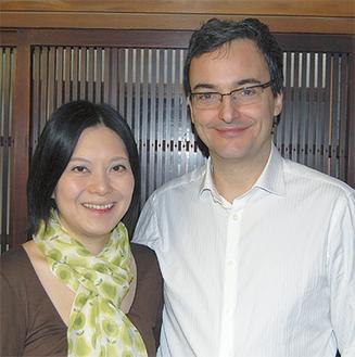 「互いの存在が音楽活動でも支えになっている」と言う真弓さん、コリンさん