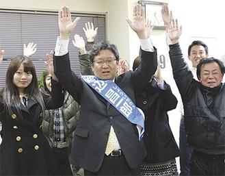 トップ当選を決め支持者と喜ぶ渡辺昌一郎氏(中央)
