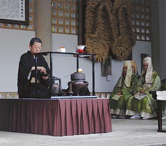 大仏横の回廊で茶を点てる千宗室家元(左)=5月11日