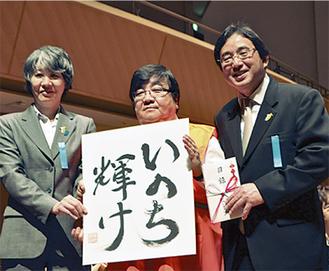 贈呈式を行った伊坂会長(中央)ら