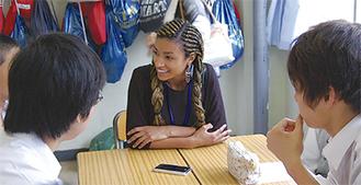 交流する日米の高校生たち