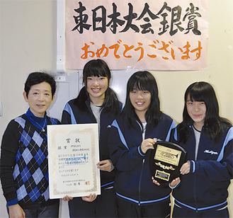 賞状と楯を手にする(左から)浅野教諭、珍田芽衣副部長、井口部長、田村愛理副部長