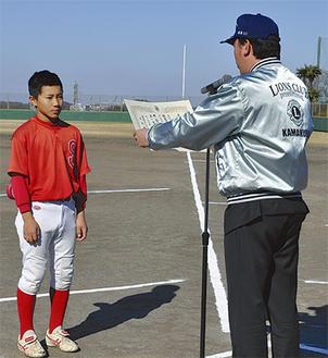 最優秀選手の力石選手に表彰状を手渡す武中会長