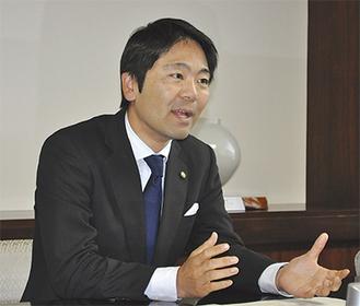 インタビューに答える松尾市長=昨年11月29日、市役所で