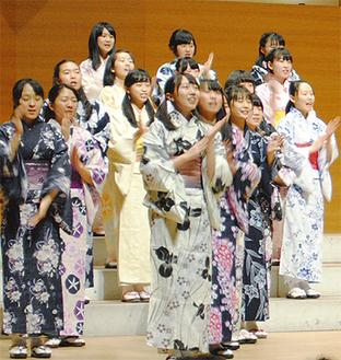 中学生と高校生、卒業生合わせて約130人が圧巻のステージを披露した=1月11日撮影
