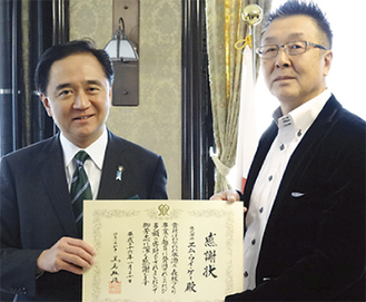 感謝状を受け取る吉楽社長(右)=1月20日