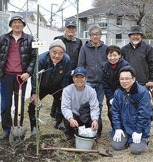 力を合わせて桜を植えたメンバーたち
