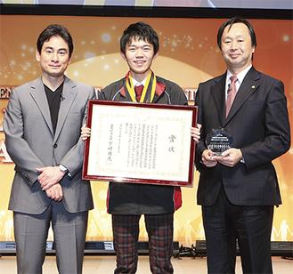 東京国際フォーラムでの表彰式で。森野さん(真ん中)とプレゼンターのアルピニスト・野口健さん(左)