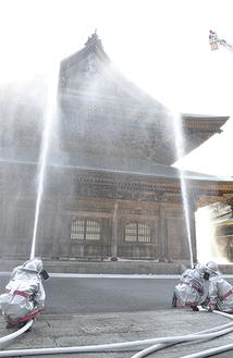 防火訓練で法堂に放水(28日=建長寺)