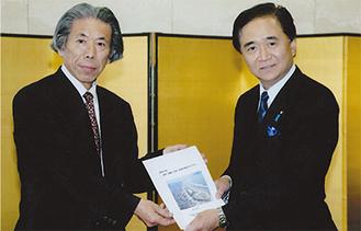 渡邉会長が完成したばかりの冊子を黒岩知事(写真右)に手渡した