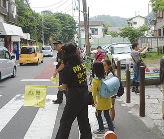 極楽寺駅前で児童を誘導するガーディアンズのメンバー