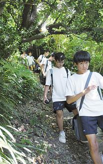 避難路を歩く生徒ら
