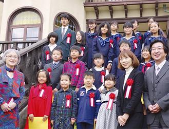 表彰式当日文学館に集まった入選者たち=11月9日、鎌倉文学館提供