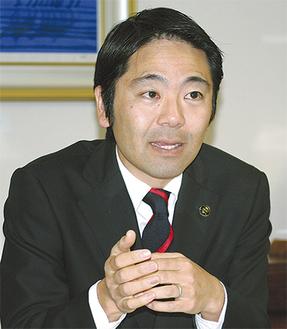 取材に答える松尾市長=昨年12月12日、市役所で