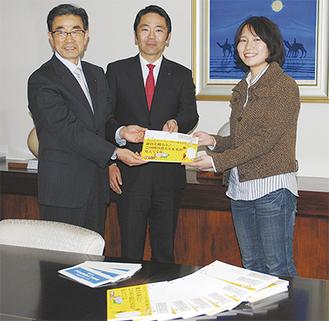 冊子を松尾市長、安良岡教育長に手渡す名取さん(右)