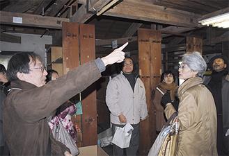 書架の構造を説明する「図書館とともだち・鎌倉」の和田代表