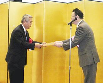 表彰を受ける二宮社長(左)