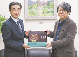 原田さん(右)と安良岡教育長