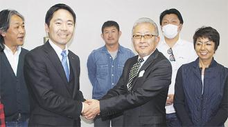 営業時間短縮を受け入れ、握手を交わす松尾市長と増田代表ら