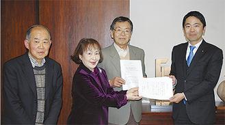 宣言文を市長に渡す高柳会長(左)らメンバー