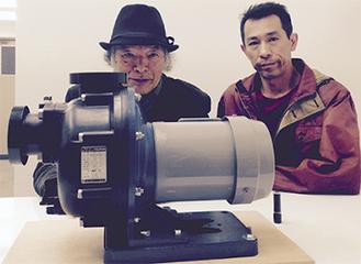 ポンプを前に田端さん(左)と石橋さん
