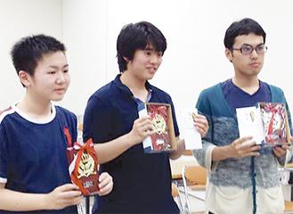 優勝盾を受け取る長谷川さん(中央)