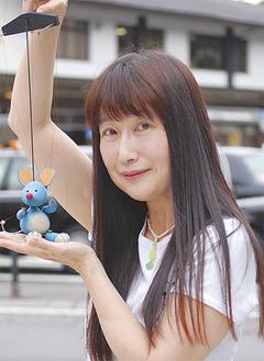 YUKI☆さんが行うのは「マリオネット」と呼ばれる糸で操る人形劇。現在使っている人形は全て、夫・和也さんの手作りだ