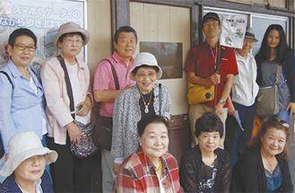 歌碑プレートを囲む吉川さん(後列右端)と訪問団一行