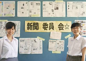 これまでに制作してきた新聞を前に、元田さん(左)と長井さん