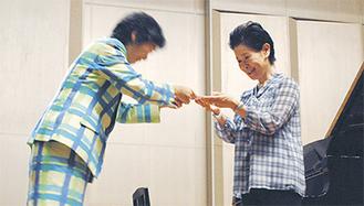 寄付金を手渡す佐藤さん(左)