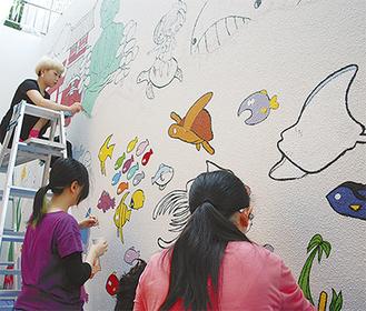 壁画を描く学生ら