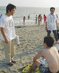 海水浴場で若者に声をかける松尾市長