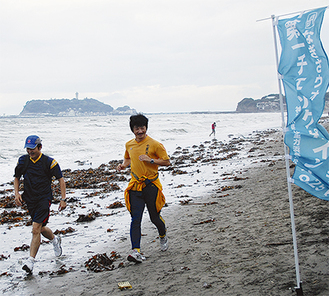 かつての仲間と砂浜を走る