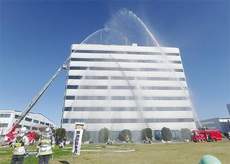 建物に放水する消防隊=写真提供市消防本部