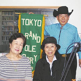 田中さん(左)、和田さん(右)と番組DJの大塚さん(後列)