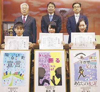 受賞者と松尾崇市長(後列真ん中)ら表彰者左から臼井さん、鈴木さん、松山さん