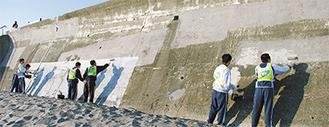 擁壁の落書きを消す七里ガ浜高校の生徒たち