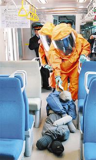 防護服を着た消防隊員が「負傷者」を救出