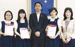 賞状を手に松尾市長を表敬訪問